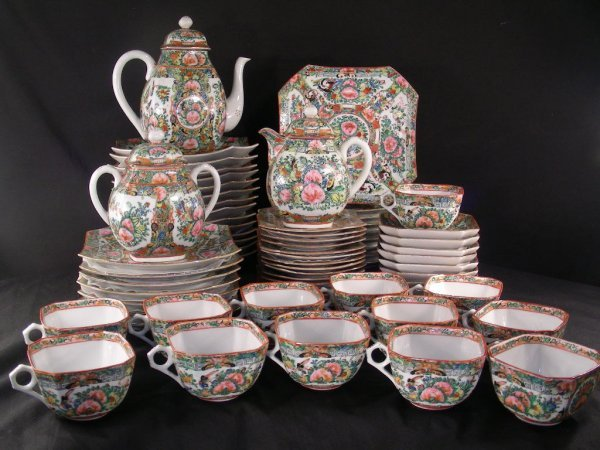 1126: CHINESE ROSE MEDALLION PORCELAIN SET 70 PCS
