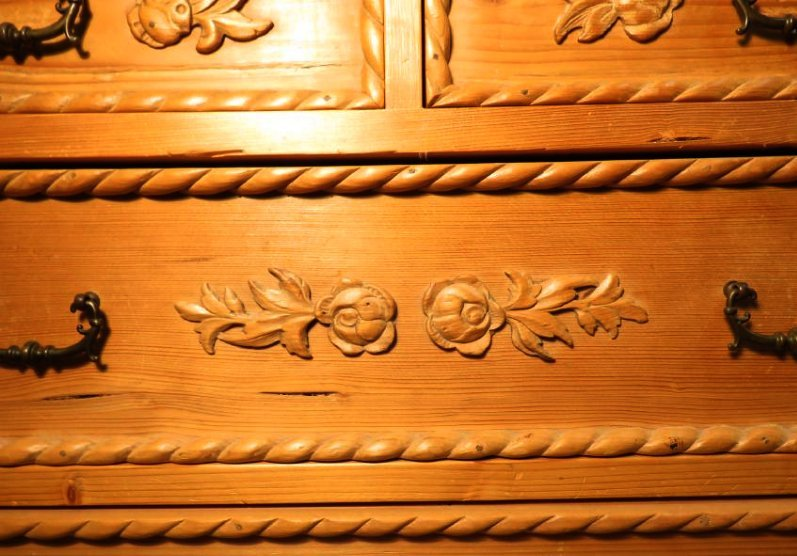 SMALL CARVED PINE WOOD CHEST OF DRAWERS - 4