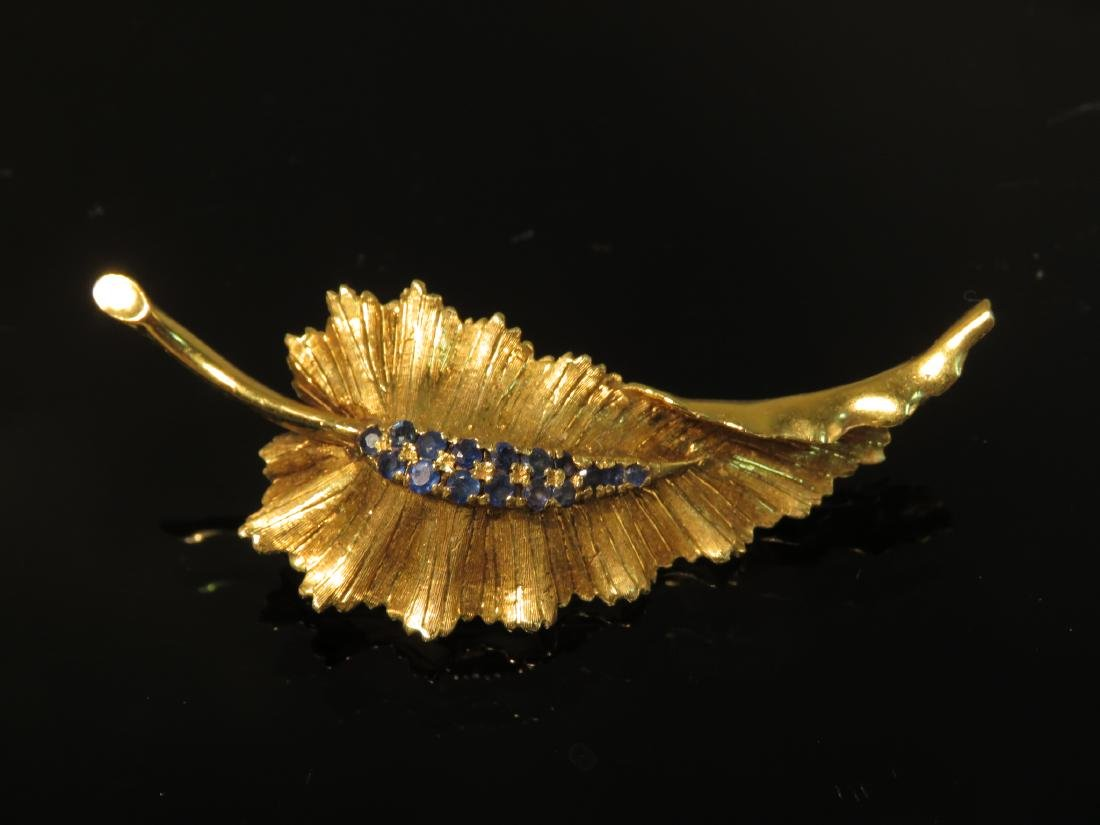 LADIES 18K YELLOW GOLD & SAPPHIRE LEAF BROOCH 7.9g