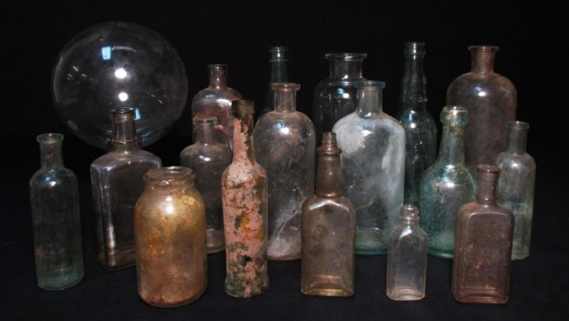 COLLECTION ANTIQUE BOTTLES: EMBOSSED, PYREX ETC 18