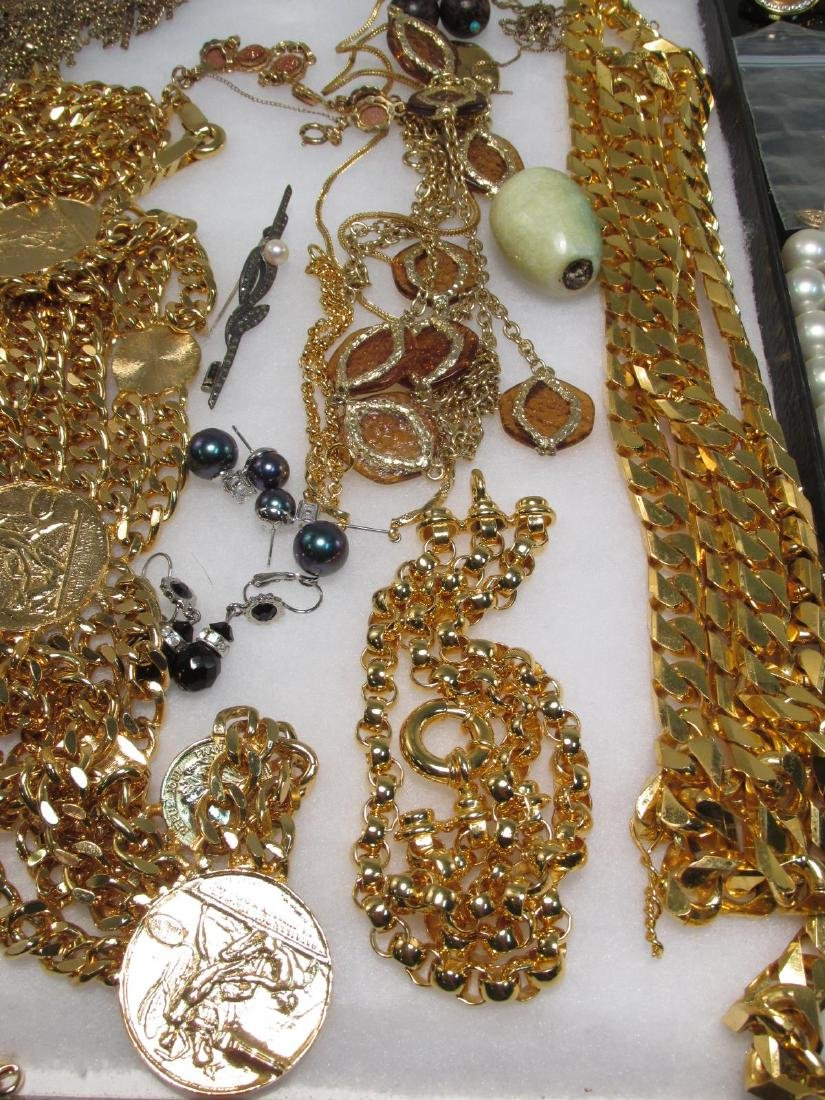 LADIES TRAY LOT COSTUME JEWELRY: GOLD TONE - 10