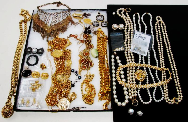 LADIES TRAY LOT COSTUME JEWELRY: GOLD TONE