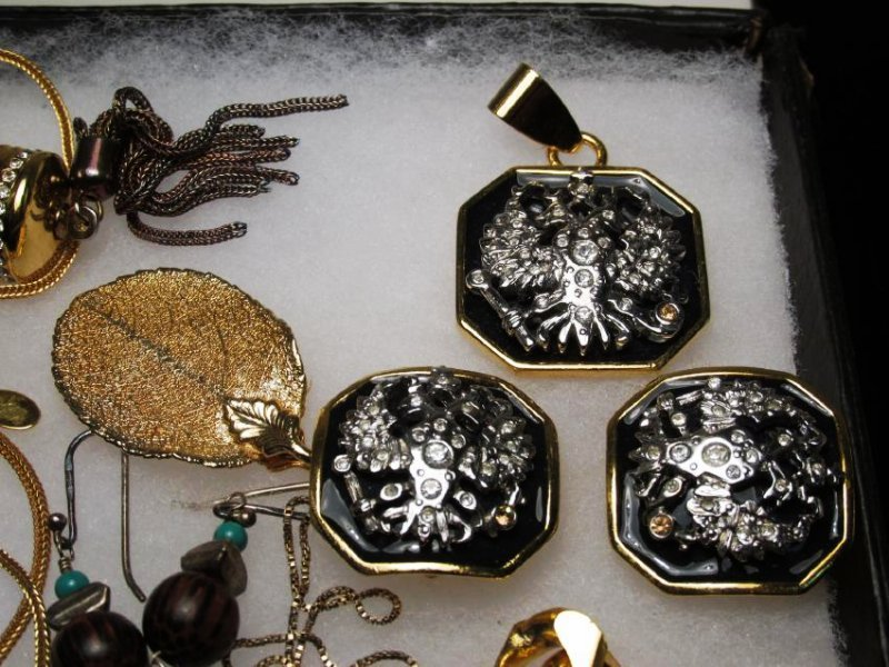 LADIES TRAY LOT COSTUME JEWELRY: GOLD TONE - 2