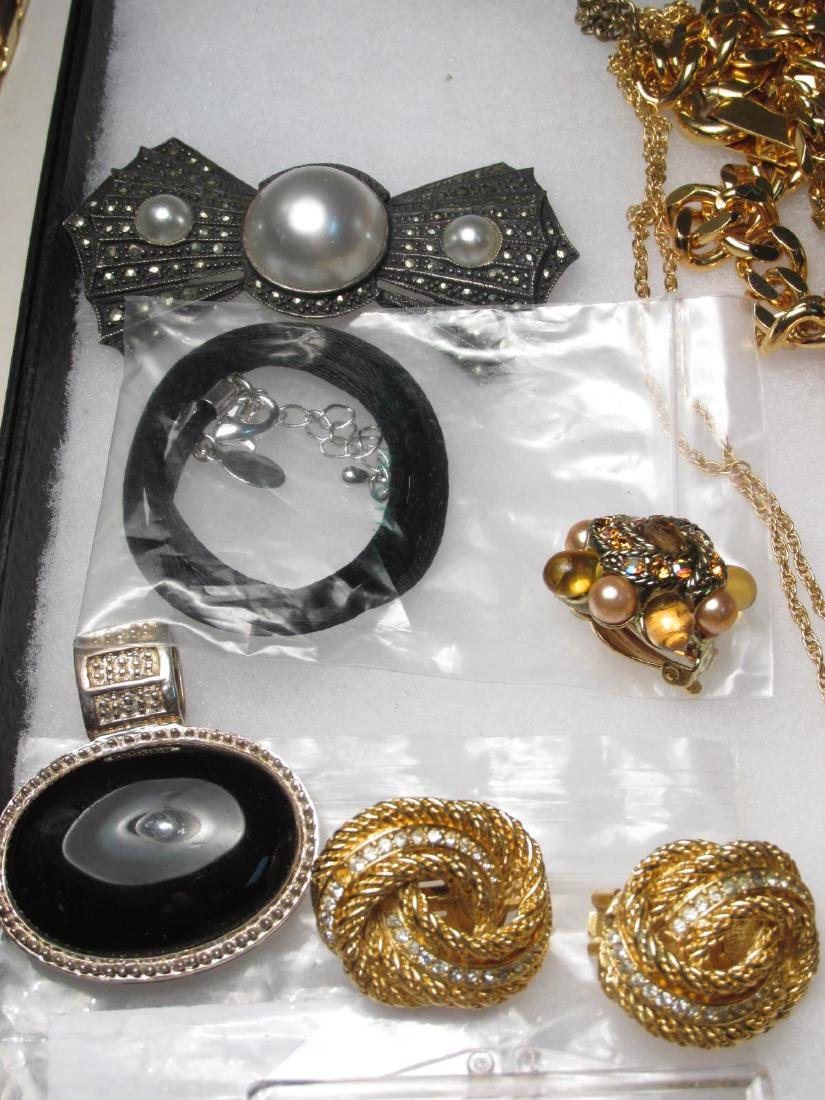 LADIES TRAY LOT COSTUME JEWELRY: GOLD TONE - 5