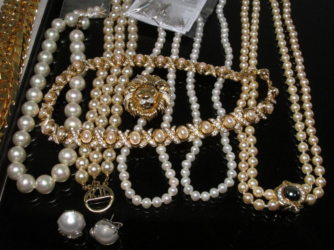 LADIES TRAY LOT COSTUME JEWELRY: GOLD TONE - 8
