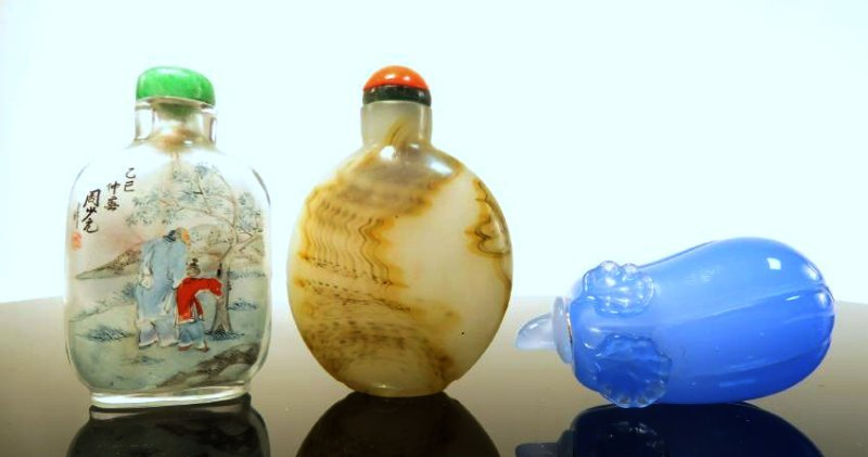 THREE VINTAGE CHINESE SNUFF BOTTLES