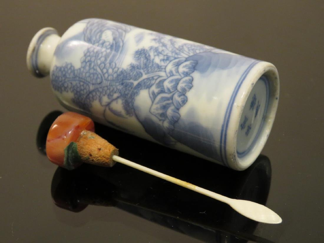 EARLY CHINESE QING DYNASTY BLUE & WHITE SNUFF BOTT - 4