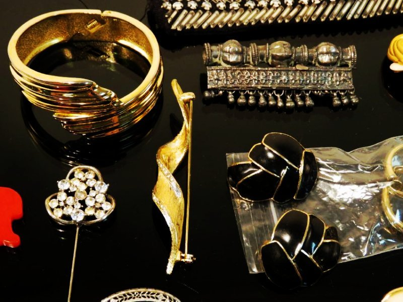TRAY LOT LADIES COSTUME JEWELRY: VINTAGE, ETC. - 4