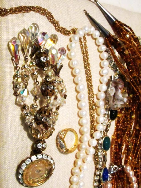 TRAY LOT ASSORTED LADIES COSTUME JEWELRY: 14K, STE - 2