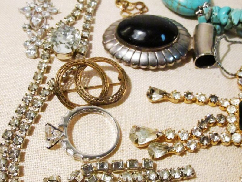 TRAY LOT ASSORTED LADIES COSTUME JEWELRY: 14K, STE - 7