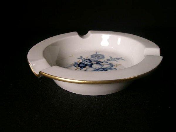 8: MEISSEN BLUE WHITE FLORAL GILT ASHTRAY T676