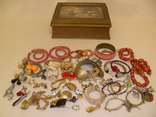 322: GROUP LOT ASST VINTAGE COSTUME JEWELRY IN BOX