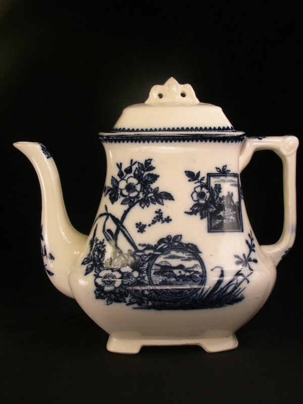 619: ENGLISH FLOW BLUE TEAPOT WITH LID