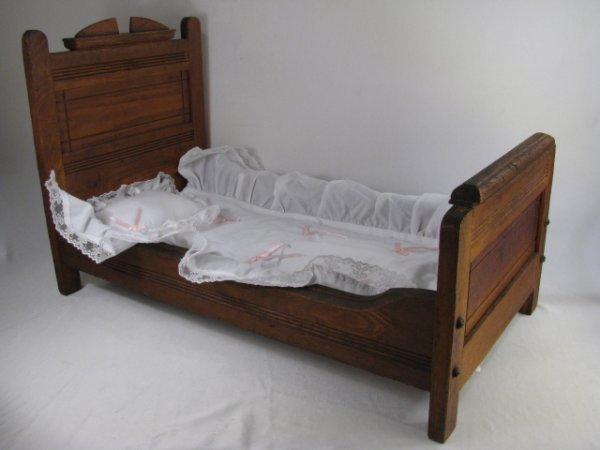 712: FOLK ART EASTLAKE STYLE OAK DOLLS BED W/ SPREAD