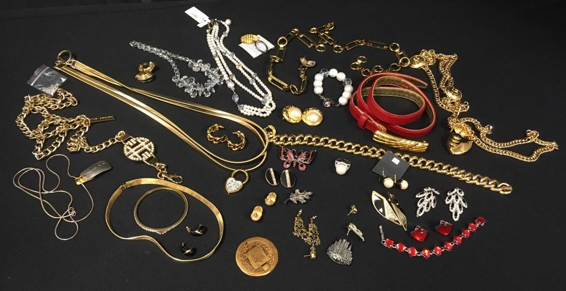 TRAY LOT ASSORTED LADIES COSTUME JEWELRY