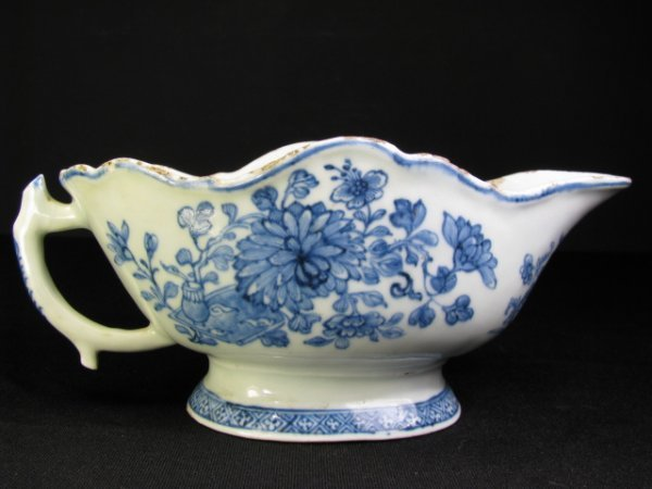 305: 18TH CENTURY BLUE & WHITE CHINESE SAUCE BOAT