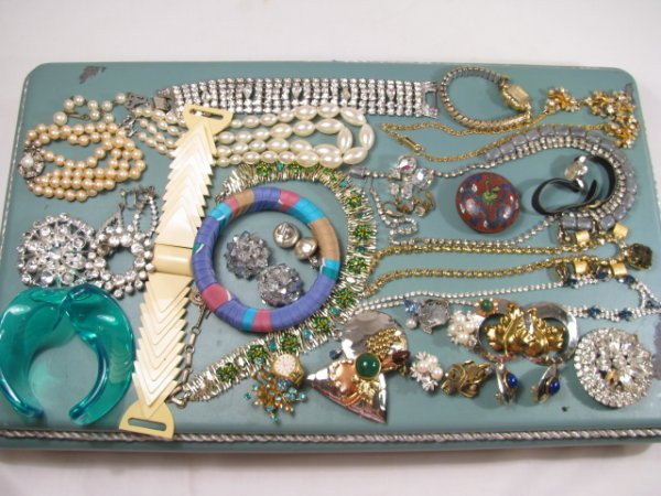 620: COSTUME JEWELRY LOT - NECKLACES EARRING BRACELETS