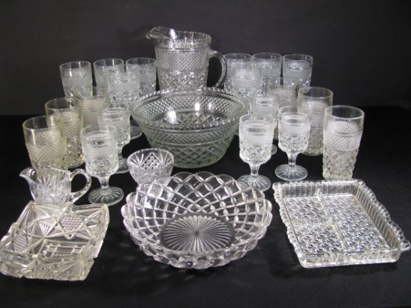 623: LOT BOX PRESSED PATTERN GLASS 26 PIECES