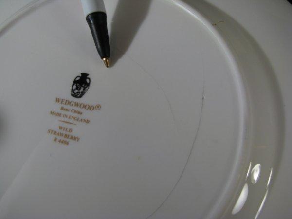 437: WEDGWOOD BONE CHINA WILD STRAWBERRY DINNERWARE 90p - 9