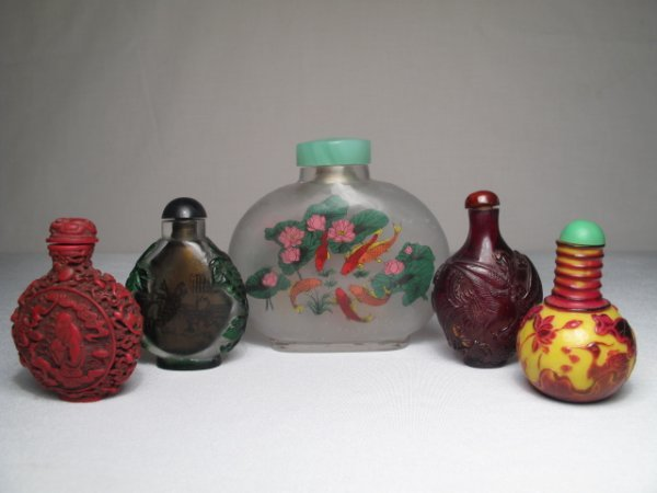 5: FIVE ASIAN SNUFF BOTTLES PEKING GLASS CINNABAR