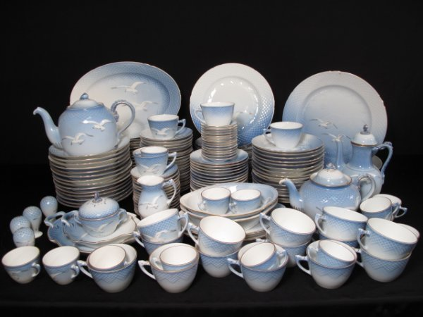 10: 172 PIECES BING AND GRONDAHL PART DINNER SERVICE