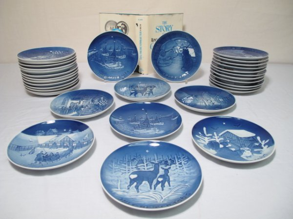 11: THIRTY-TWO BING & GRONDAHL ROYAL COPENHAGEN PLATES