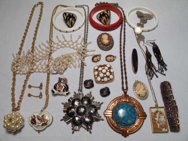 19: TWENTY PIECES VINTAGE & OTHER COSTUME JEWELRY