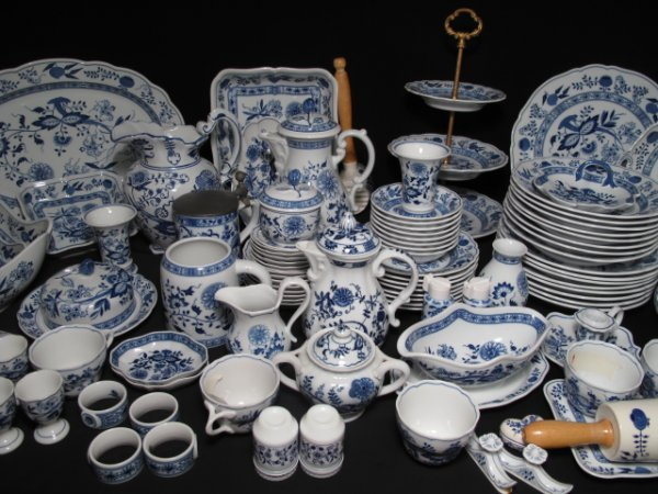 109: ONE HUNDRED PCS HUTSCHENREUTHER BLUE ONION DISHES - 3