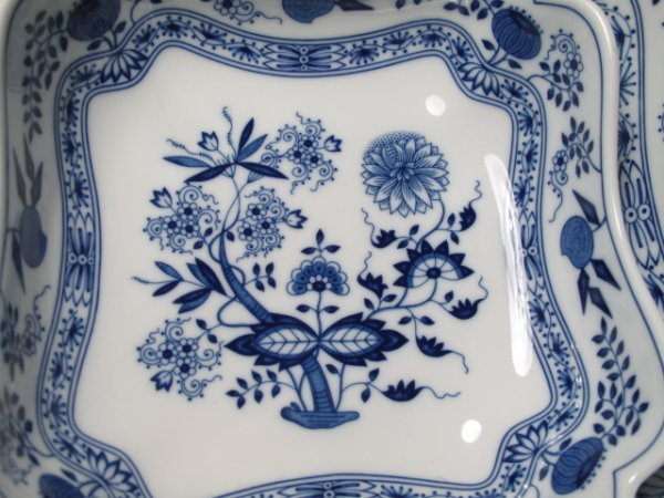 109: ONE HUNDRED PCS HUTSCHENREUTHER BLUE ONION DISHES - 4