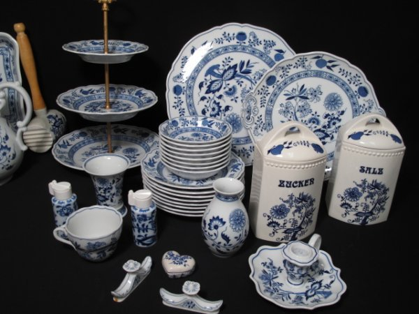 109: ONE HUNDRED PCS HUTSCHENREUTHER BLUE ONION DISHES - 6