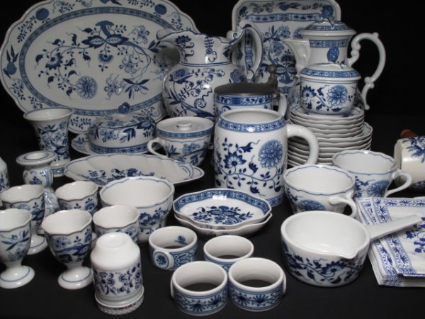 109: ONE HUNDRED PCS HUTSCHENREUTHER BLUE ONION DISHES - 7