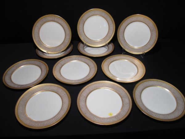 15: ELEVEN IVORY AND GOLD COLOR LENNOX DINNER PLATES