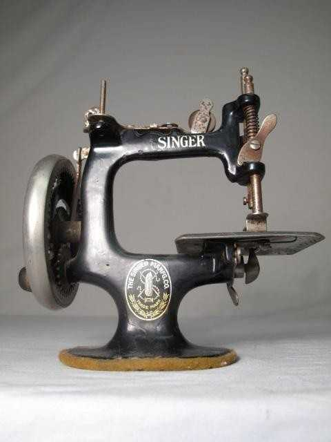 40 ANTIQUE MINIATURE HAND CRANK SINGER SEWING MACHINE Beauteous Miniature Singer Sewing Machine
