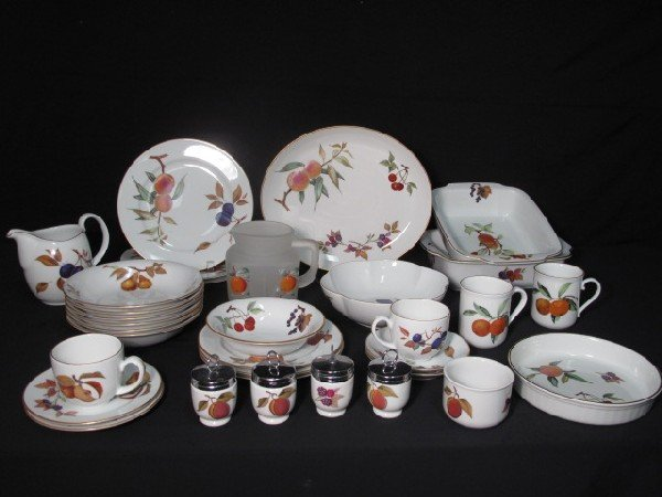 73: ROYAL WORCESTER EVESHAM FINE PORCELAIN CHINA SET 36