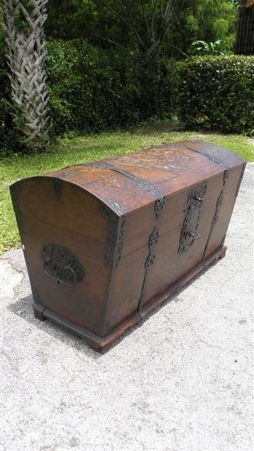 146: EARLY GERMAN TRAVELING TRUNK WITH CARVED CREST