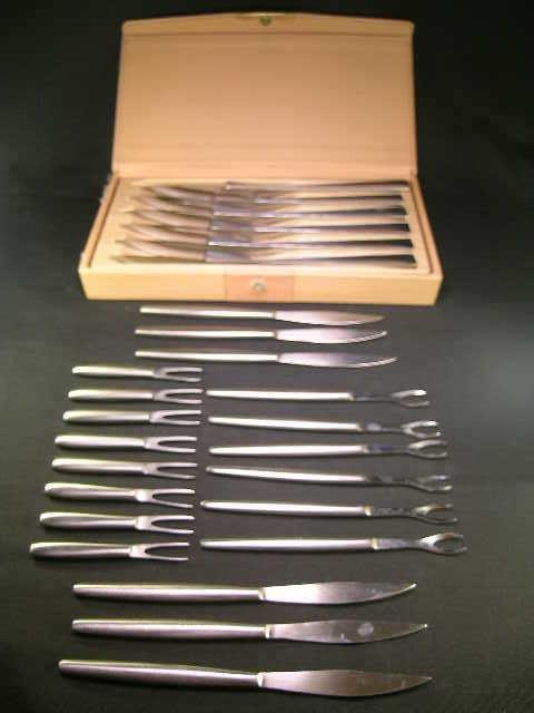 415: ITALIAN STAINLESS STEAL FISH UTENSILS STEAK KNIVES