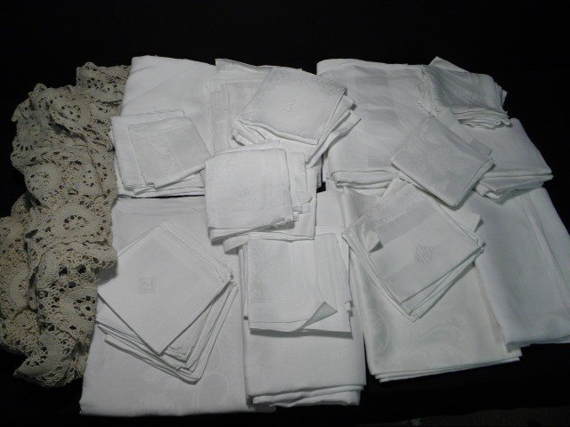 24: LARGE LOT ESTATE LINENS: DAMASK TABLECLOTHS NAPKINS