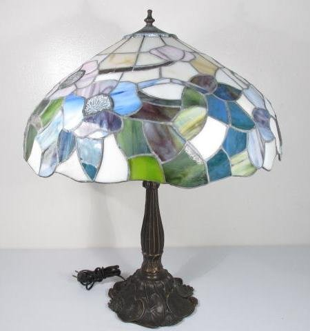 TIFFANY STYLE FLORAL STAINED & LEADED GLASS TABLE LAMP