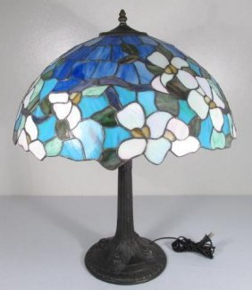 TIFFANY STYLE STAINED & LEADED GLASS TABLE LAMP