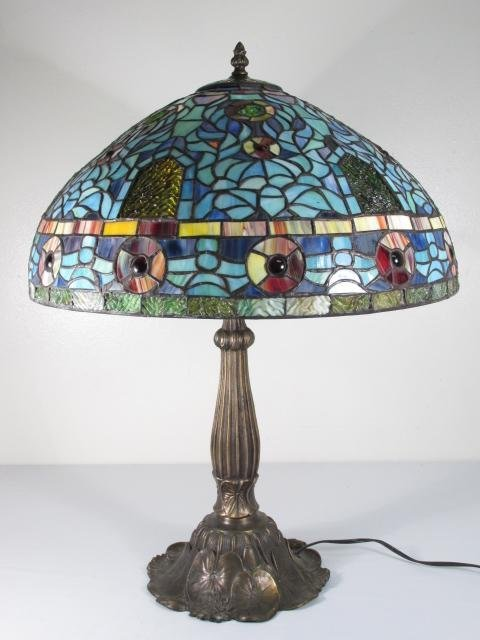 TIFFANY STYLE STAINED & LEADED GLASS TABLE LAMP: LILY