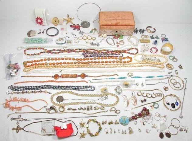 TRAY LOT LADIES COSTUME JEWELRY: BEADS, STONES, ETC.