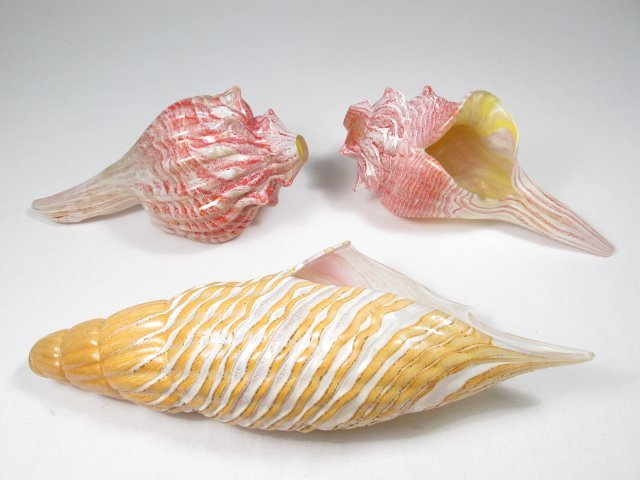 THREE VINTAGE MURANO STYLE ART GLASS SEA SHELLS
