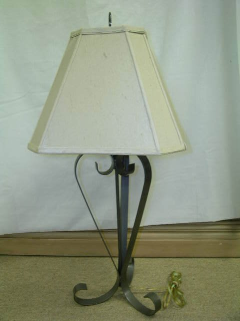 403: METAL THREE FOOTED TABLE LAMP WITH SHADE