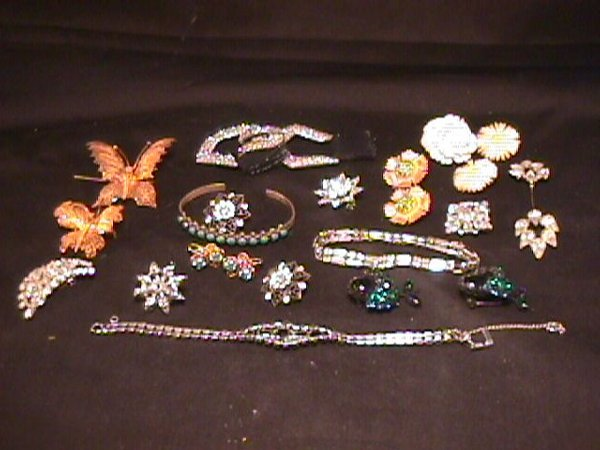 1008: GROUP ASSORTED COSTUME JEWELRY