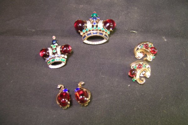 613: GOOD VINTAGE TRIFARI RHINESTONE CROWN PIN EARRINGS