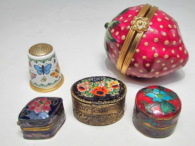GROUP LIMOGES AND OTHER PILL BOXES, ETC: 13 PCS - 10