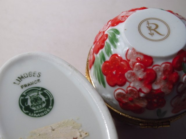 GROUP LIMOGES AND OTHER PILL BOXES, ETC: 13 PCS - 6