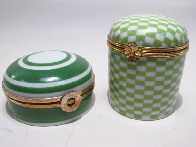 GROUP LIMOGES AND OTHER PILL BOXES, ETC: 13 PCS - 7