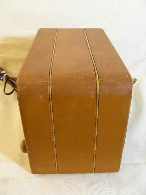 310: VINTAGE AIR CASTLE RADIO MODEL T-630 2 KNOBS - 7