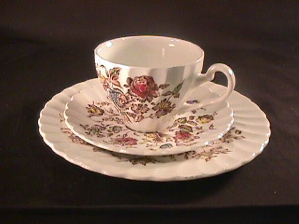 693: STAFFORDSHIRE BOUQUET JOHNSON BROTHERS DINNERWARE - 5